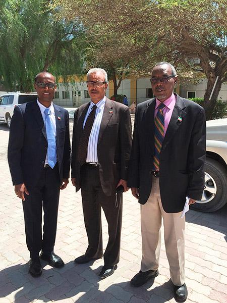 Mahdi Hassan leder i DNSK, informasjonsministeren Cisman Cabdillaahi Cadaan og landbruksministeren Mohamed Aw Dahir
