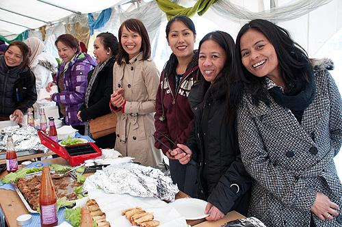 Kim Van Thi Tran som har skrevet artikkelen, hadde sammen Thangaluck Prasert, Wilairat Engfors og Inthira Rønning laget både vårruller, kylling og annet velsmakende asiatisk mat som gikk raskt unna. Foto: Ingrid Eide / Multikult