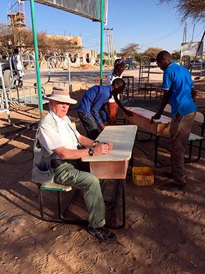 Ola Grønn Hagen sjekker kvaliteten på skolepulter og eventuelle leverandører