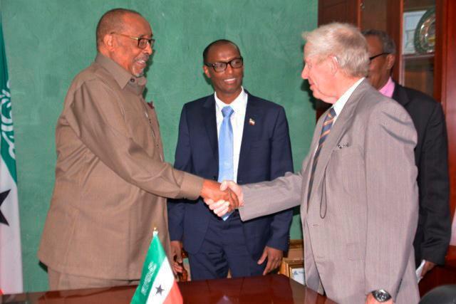 1)Fra venstre presidenten han heter Ahmed Mohamed Mohamud Silanyo, Mahdi Hassan, leder i Den Norske Somalilandkomiteen , Ola-Grønn Hagen nestleder i DNSK og Landbruksministeren Mohamed Aw Dahir